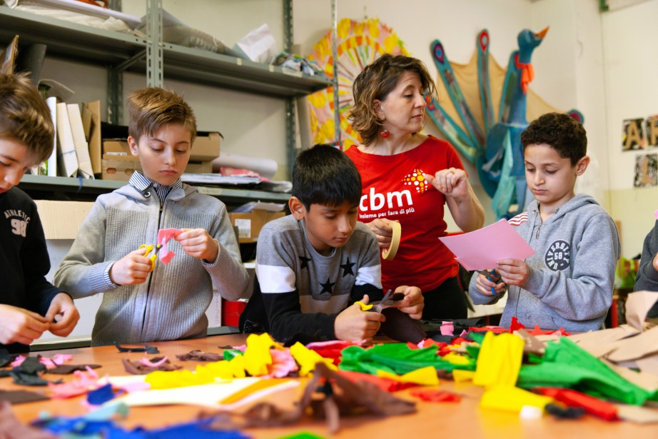Operatrice CBM con bambini a scuola