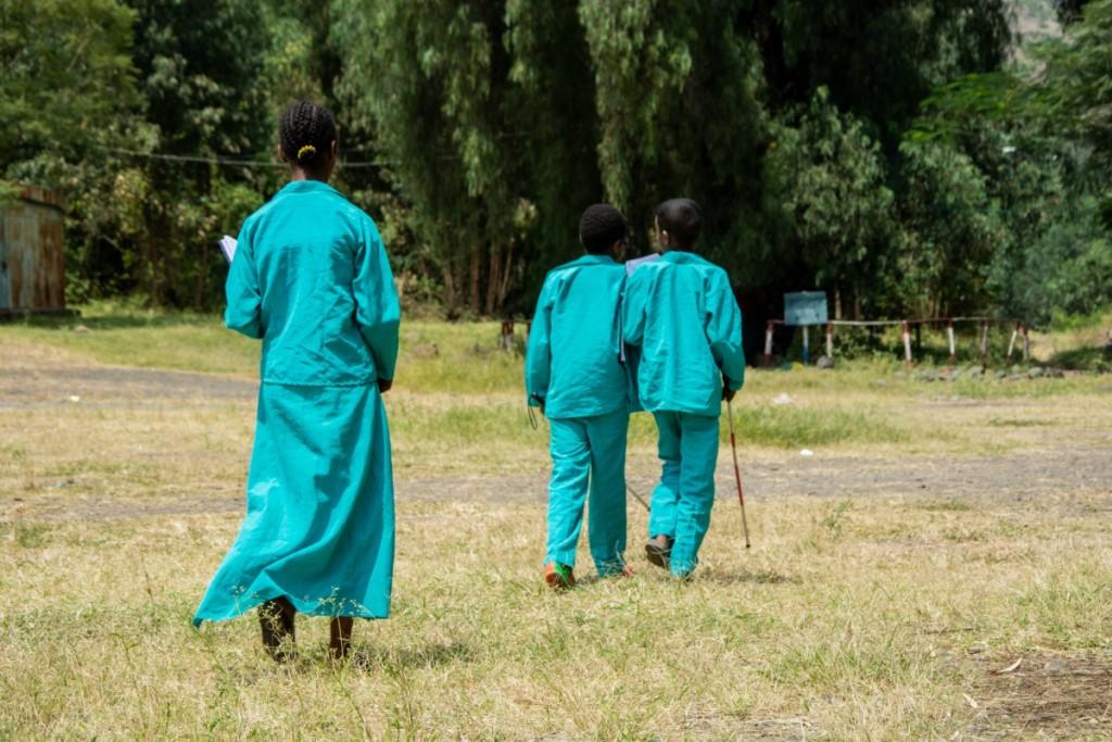 bambini con disabilità visiva che camminano in gruppo