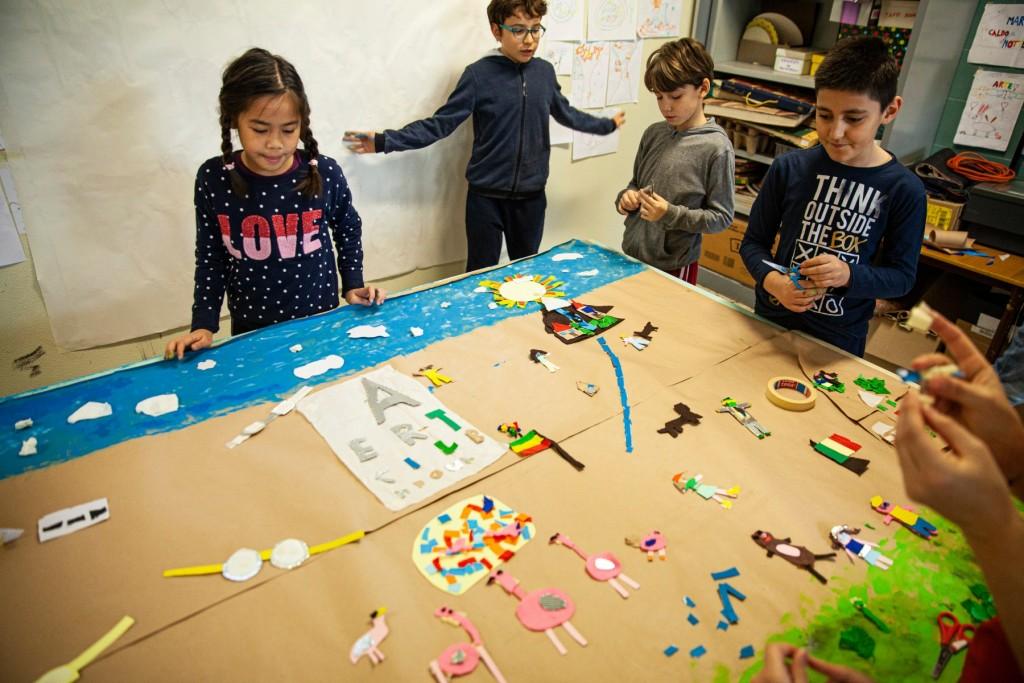 gruppo di bambini in un laboratorio a scuola