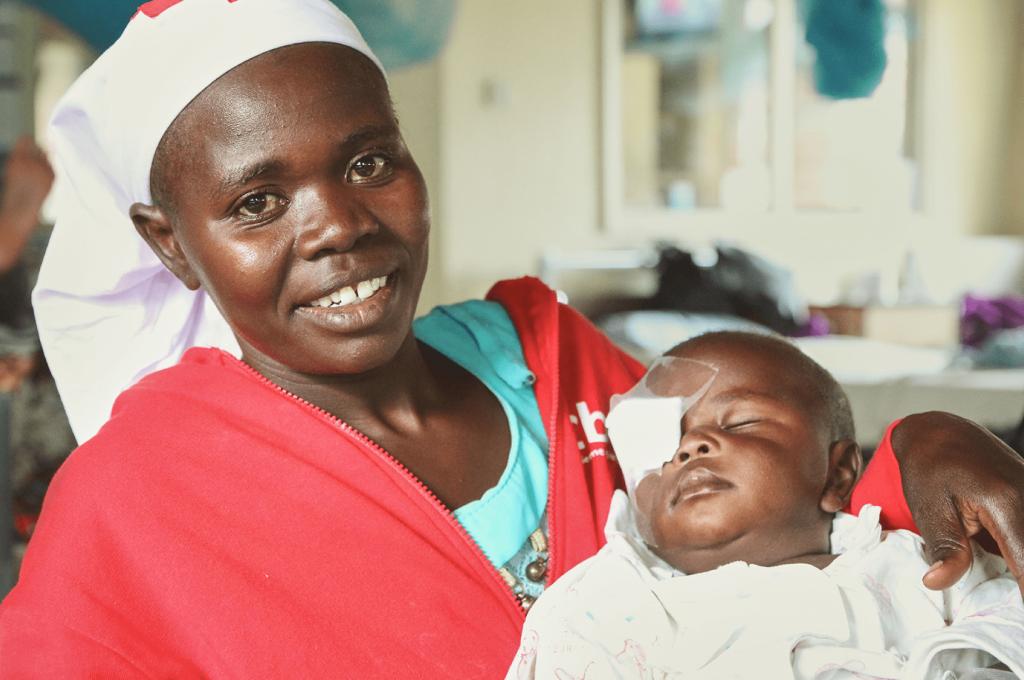 un'operatrice CBM tiene in braccio un neonato