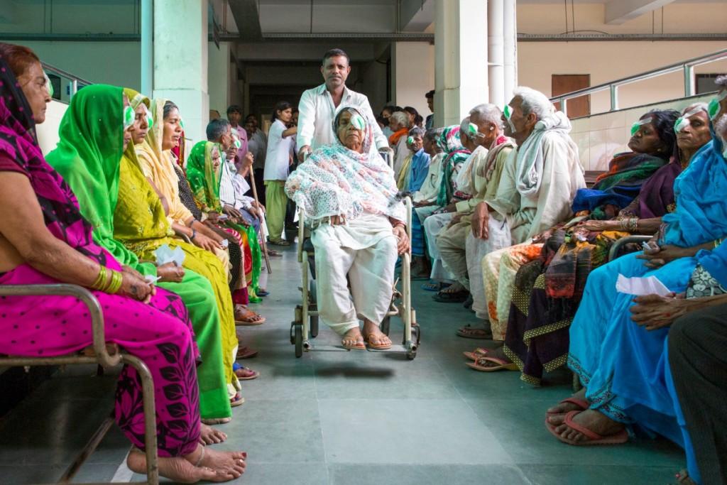 paziente su sedia a rotelle in una sala d'attesa di un ospedale affollato