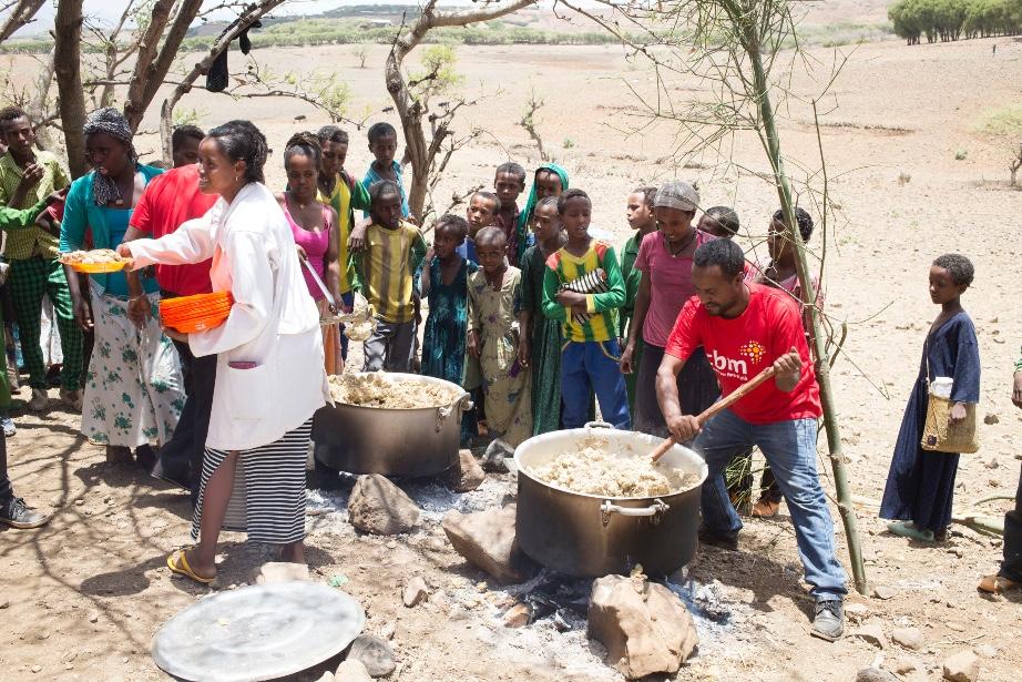 Donne e bambini aspettano il cibo