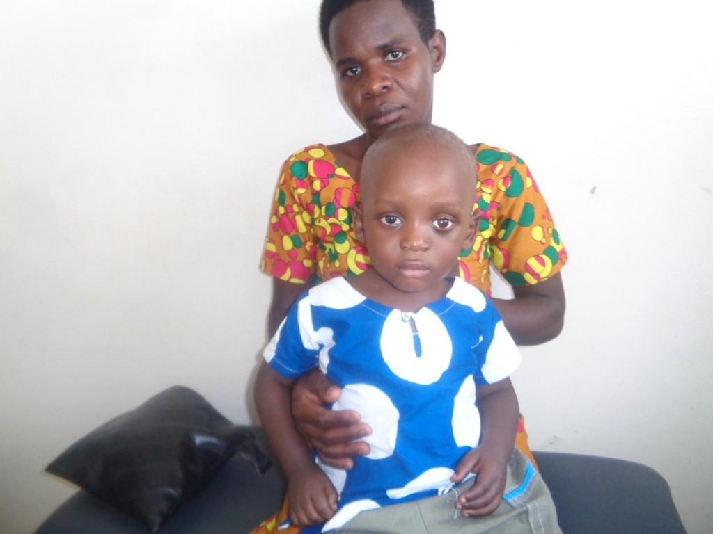 mamma con in braccio bambino malato di retinoblastoma