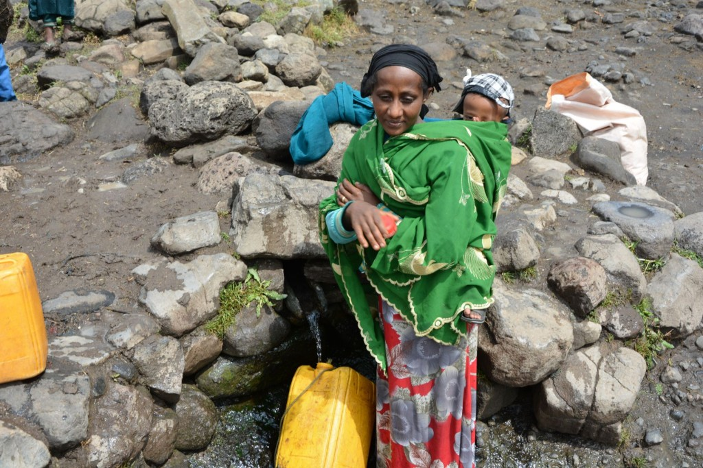 una donna etiope con un bambino in spalla