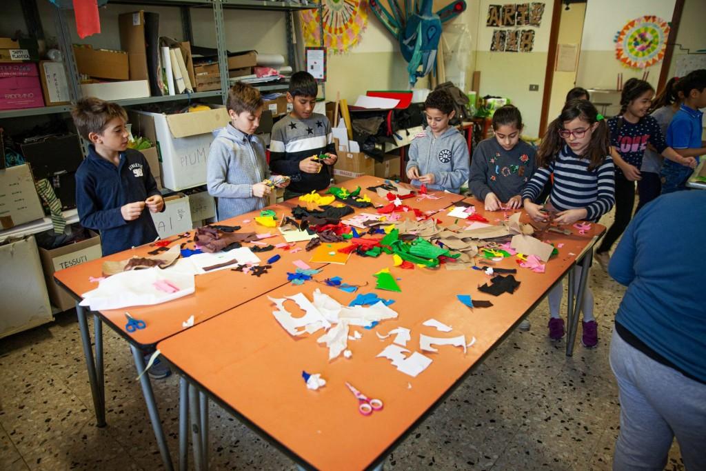 bambini in classe che svolgono un laboratorio sensoriale