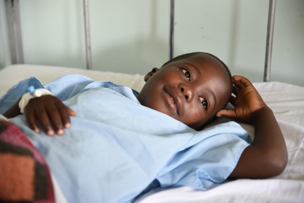 Bambino in un letto d'ospedale
